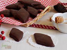 I mostaccioli insieme ai roccocò e agli struffoli sono il dolce tipico del Natale in Campania...