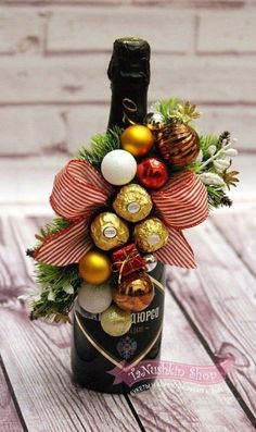 Новогодние бутылочки Christmas Gift Wrapping, Diy Christmas Gifts, Holiday Gifts, Christmas Crafts, Wine Bottle Gift, Wine Gifts, Candy Bouquet Diy, Gift Wrapping Techniques, Creative Gift Wrapping