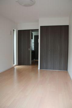 東京都杉並区にある、RC造3階建のワンルームマンションです。最近のマンションに見られがちな、設備を良くすれば入居者が増えると言う考え方を嫌い、間取りにこだわりました。玄関に日光が入り、住戸の端から端まで風が抜けるように計画しました。  http://www.studioacca.net/category/2010510.html