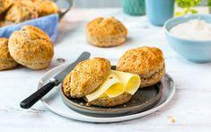 Nybakte scones er perfekt til årets påskefrokost. Disse er grove og smaker ekstra godt med gulost på.