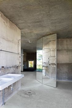 Interior Design Addict: Arno Brandlhuber's Potsdam concrete villa - The all-cement bathroom, with fixtures by Kludi and Villeroy & Boch. Industrial Bathroom Design, Bathroom Interior Design, Modern Industrial, Cement Bathroom, Cement Walls, Open Bathroom, Minimal Bathroom, Casa Patio, Urban Loft