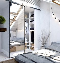 勾配天井の下に30cm程度の台を置いて作った居心地の良さそうなベッドルームのクローゼット