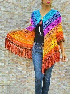 Workshop On-line Kimono Boho Art - Arquivo Digital Poncho Crochet, Crochet Jacket, Crochet Scarves, Crochet Clothes, Crochet Stitches, Crochet Baby, Crochet Patterns, Black Crochet Dress, Clothes Crafts