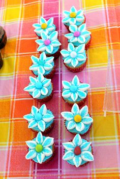 Cute As a Fox: Duncan Hines Frosting Creations Easter Cupcakes - used marshmallows cut on the diagonal and dipped in sugar to make flowers. (Mini cupcakes, mini marshmallows)