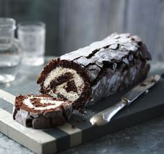 Chocolate roulade Mary Berry's gorgeous chocolate roulade is made without flour so it's light as a feather. Add berries to the whipped cream filling to make a decadent dinner party dessert. Great British Bake Off, Food Cakes, Cupcake Cakes, Cupcakes, Mary Berry Chocolate Roulade, Chocolate Roll, Flourless Chocolate, Lindt Chocolate, Chocolate Recipes