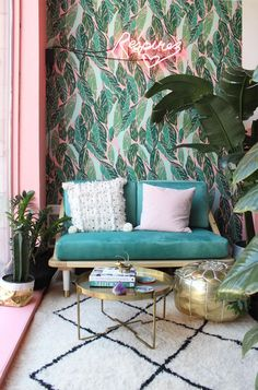 Eclectic, tropical inspired decor. Green and pink is a winning colour combination in interiors right now, love the bold patterned tropical wallpaper. Like My Instagram Page #zz #zwyanezade #21