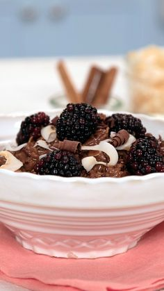 Make dessert for breakfast with all the flavors of a chocolate and coconut cake in a hearty oatmeal. Chocolate Garnishes, Chocolate Desserts, Healthy Oatmeal Recipes, Healthy Desserts, Chocolates, Tastemade Recipes, Toasted Coconut Chips, Low Carb Brasil, Yummy Food