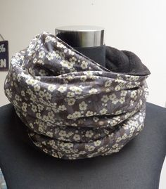 Idée snood ! comme c'est joli avec du liberty Couture Accessories, Couture Tops, Sewing Clothes, Diy Clothes, Liberty Scarf, Couture Main, Snood Scarf, Diy Sewing Projects, Sewing Ideas