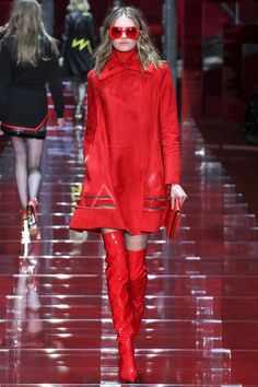 Versace Fall 2015 Ready-to-Wear Collection Photos - Vogue Daily Fashion, Red Fashion, Runway Fashion, Fashion Brands, High Fashion, Fashion Show, Fashion Design, Versace Fashion, Street Fashion