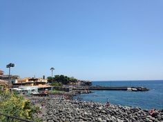 Playa volcánica en Catania, Italia