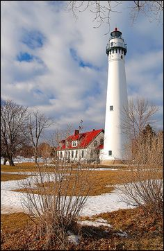 First lit in Wind Point Lighthouse is located at the north end of Racine Harbor in state of Wisconsin. Designed by Orlando Poe, it is one of the oldest and tallest active lighthouses on the Great Lakes. Its light can be seen for 19 miles. Lighthouse Pictures, Point Light, Beacon Of Light, Lake Michigan, Michigan Usa, Am Meer, Great Lakes, Architecture, Places To Go