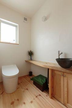 【アイジースタイルハウス】洗面・トイレ。無垢のカウンターと素焼きの手洗いボウルがオシャレ
