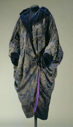 Bal Anonyme 1910 Manteau, sortie de bal, forme kimono, ample, vague, col châle, manches à revers, resserré en bas, fermé devant par un bouton.