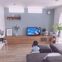 家族の、NOYESソファー/椅子/アクセントクロス/グレー好き♡/ブルーグレーの壁/無印良品 壁に付けられる家具についてのインテリア実例。 「下の娘が風邪をひいて...」 (2019-06-20 21:11:13に共有されました) Japanese Home Design, Japanese House, Plywood Furniture, Tv Wall Design, House Design, Design Design, House Doctor, Blue Gray Bedroom, Loft House