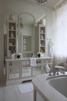 3 fa ons simples pour d corer une salle de bains blanc Home, Gorgeous Bathroom, Dream Bathrooms, Classic Bathroom, Bathroom Inspiration, Bathroom Design Small, Small Bathroom Design, White Bathroom Storage, Bathroom Storage Tower