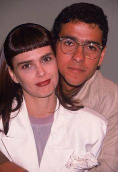 Moda das novelas dos anos 80 -  a franjinha de Lídia Brondi foi inesquecível! E blazer com camiseta, achou chique? O lenço de bolinhas no bolso arremata o visual