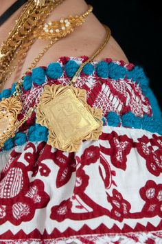 El bluson de la pollera panameña y la cadena escapulario  muy bella. 💖Flor Fossatti. Bobbin Lacemaking, Panama Canal, Tribal Dress, Smart Women, Wedding Costumes, Folk Costume, My Heritage, Central Asia, Festival Wear