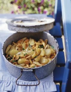 Le patate e funghi al forno sono un contorno molto goloso che bene si abbina a piatti di carne, potete utilizzare finferli, porcini o pleurotus.