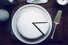 La ricetta perfetta: dolci. Torta Paradiso del maestro Iginio Massari Plates, Tableware, Licence Plates, Dishes, Dinnerware, Griddles, Tablewares, Dish, Place Settings