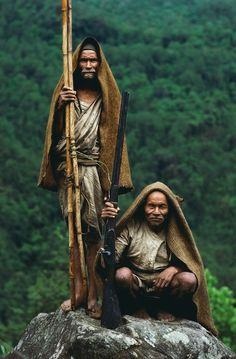 Beautiful images of Gurung men, risking their lives to harvest the massive nests of the world's largest honeybees.