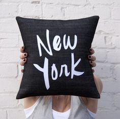 Oreiller de New York noir et blanc par BrightJuly sur Etsy