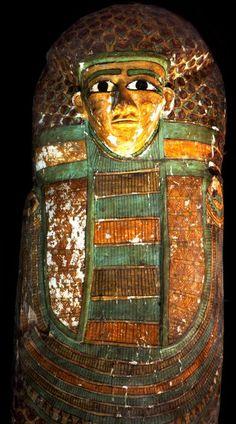 Un rare et magnifique sarcophage Rishi, celui de Neb, peint, anthropoïde, intact et superbement sculpté... en Égypte ancienne !