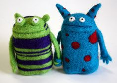 The latest from fiber enchantress Moxie are these felt wedding cake toppers. Needle Felted Animals, Felt Animals, Felt Diy, Felt Crafts, Wet Felting, Needle Felting, Monster Toys, Sock Monster, Weird Toys