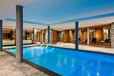 Diseño refrescante piscina cubierta y grandes