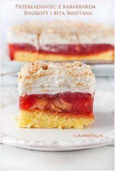 Przekładaniec, ciasto z rabarbarem na biszkopcie z bitą śmietaną