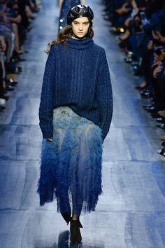 Christian Dior Fall 2017 Ready-to-Wear Collection Photos - Vogue 2017 Fall Fashion Trends, Fashion Week, Fashion 2017, Paris Fashion, Boho Fashion, High Fashion, Fashion Show, Fashion Outfits, Womens Fashion