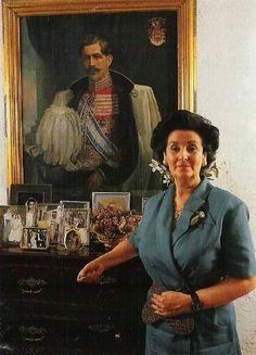 Ángela María Téllez-Girón y Duque de Estrada, XVI duquesa de Osuna, ante el retrato de su padre el XV duque.