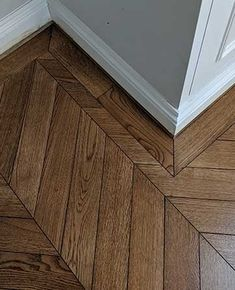 A single border with mitred corners finishes off this dark chevron oak wooden floor beautifully. Direct Wood Flooring, Wooden Flooring, Hardwood Floors, Bedroom Wooden Floor, Dark Wooden Floor, Planchers En Chevrons, Stairs Cladding, Slate Floor Kitchen, Summer House Interiors