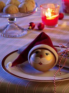 Das brauchst du:1 mattgoldene WeihnachtskugelAcrylfarbe in Weiß, Rot und Schwarz (z.B. von Hobby Line; Bastelladen)Samtstoff in