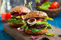 Zelenina a grilování: Vyzkoušejte vegetariánské recepty #vegetarian #recipe #grilling #burger #food #womanandstylecz Beetroot Burgers, Quinoa Burgers, Best Veggie Burger, Good Burger, Vegetarian Protein, Vegetable Protein, Hemp Seed Recipes, Burger Perfect, Gastronomia