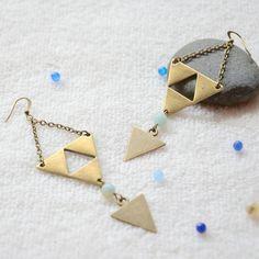 boucles d'oreilles pastels bleus en pierres et bronze connecteurs, bijoux idéal, bijoux géométrique, bijoux unique dans la style, bijoux originale et idéal pour s'offrir
