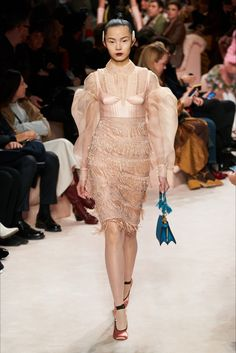 Fendi Fall 2020 Ready-to-Wear Fashion Show - Vogue Fendi, Star Fashion, Runway Fashion, Milan Fashion, Daily Fashion, Street Fashion, Women's Fashion, Milano Fashion Week, 2020 Fashion Trends