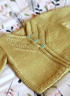 Islay pattern by Gudrun Johnston - Babykleidung Baby Cardigan Knitting Pattern, Knitted Baby Cardigan, Knit Baby Sweaters, Knitted Baby Clothes, Baby Knitting Patterns, Baby Patterns, Crochet Patterns, Baby Knits, Knitting For Kids