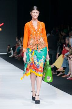 Jakarta Fashion Week 2014 – Rumah Betawi – The Actual Style Batik Blazer, Blouse Batik, Batik Dress, Kimono, Batik Kebaya, Kebaya Dress, Batik Mode, Model Kebaya Modern, Indonesian Kebaya
