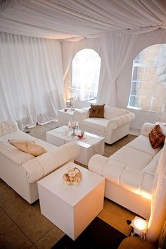 interior design in weiß mit gardinen und möblierung in weiß für den wintergarten