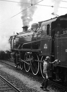 Locomotive steam engine train The Seine - Paris, France Winter Alaska Railroads. Locomotive Diesel, Steam Locomotive, Old Trains, Steam Engine, Train Tracks, Paris France, Railroad Tracks, Holland, Westerns