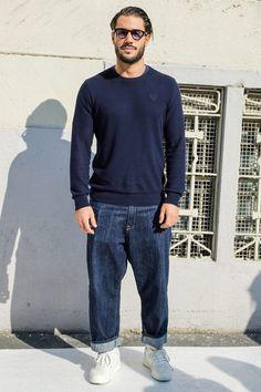 ニットセーターにジーンズを合わせたコーデ