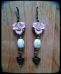 Boucles d'oreilles pendantes, fleur de résine vieux rose, perle de verre et… Bijoux Shabby Chic, Drop Earrings, Etsy, Jewelry, Drop Earring, Glass Beads, Flower, Unique Jewelry, Boucle D'oreille