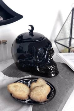 Skull Cookie Jar [B] Z Cookies make the world a better place! Ceramic Cookie Jar, Cookie Jars, Gothic Kitchen, Goth Home Decor, Chocolate Biscuits, Skull Decor, Victorian Decor, Black Decor, Decoration