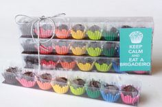 Com cupcake no lugar do brigadeiro,seria uma boa tbm. Diy Party, Party Favors, Sweet Party, Chocolate Packaging, Food Packaging, Cupcake Packaging, Bake Sale, Cute Food, Confectionery