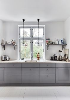 Boliggalleri: Gyldne toner i Nordsjælland Kitchen Interior, Grey Kitchen Cabinets, Kitchen Inspirations, Grey Kitchens, Interior, Kitchen Cabinets, Grey Kitchen, Kitchen Dining, Retro Kitchen