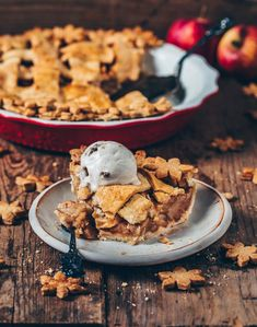 This simple vegan Apple Pie is the perfect dessert with the best Apple pie flavor! The recipe is very easy and can be made gluten-free and sugar-free. A delicious treat for Christmas, Thanksgiving and just everyday! Apple Pie Recipes, Vegan Dessert Recipes, Vegan Sweets, Vegan Recipes Easy, Vegan Recepies, Free Recipes, Dessert Parfait, Pie Dessert, Vaping