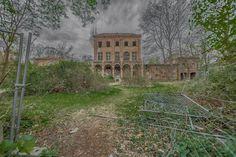 Hier gibt es Bilder und Geschichten vom Haus Fühlingen - einem der bekanntesten Lost Places in Köln! Auch bekannt als Villa Oppenheim! Industrial Architecture, Ancient Architecture, Lost Places, Places To Visit, Villa, Photo Location, Abandoned Places, Trekking, Mansions