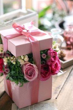 Flowers bouquet gift floral arrangements wedding centerpieces 53 Ideas for 2019 Hat Box Flowers, Flowers Roses Bouquet, Flower Box Gift, Flower Boxes, Gift Flowers, Table Flowers, Box Roses, Pink Roses, Flowers Birthday Bouquet