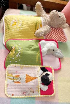 I need to learn to sew ASAP. Sleeping bag for stuffed animals. Fabric Crafts, Sewing Crafts, Sewing Toys, Bags Sewing, Diy And Crafts, Crafts For Kids, Operation Christmas Child, Quilt Baby, Baby Bedding