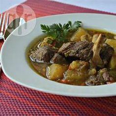 Jamaican Curry Goat (Jamaikanischer Ziegeneintopf mit Curry) - Dieser scharfe Eintopf ist in Jamaica sehr beliebt, wo Ziegenfleisch gerne gegessen wird. Die Kartoffeln werden gleich mitgekocht. @ de.allrecipes.com
